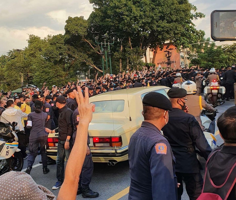 """ชุมนุมใหญ่ 14 ตุลา ปชช.ชูสามนิ้วพร้อมตะโกนใส่ขบวนเสด็จ """"ประยุทธ์"""" สั่งเอาผิดอย่างเฉียบขาด – thai-democracy"""